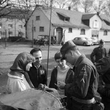 army-elvis-signing-autos-with-2-young-girls-1-man-houses-in-background-rs-9