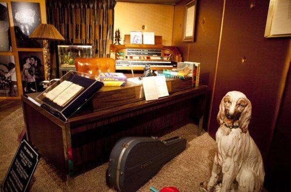 graceland-elvis-desk-from-upstairs-office-large-ceramic-dog2