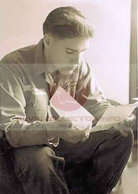 WM ARMY Elvis hair short growing out sitting head down reading papers rare scale 10